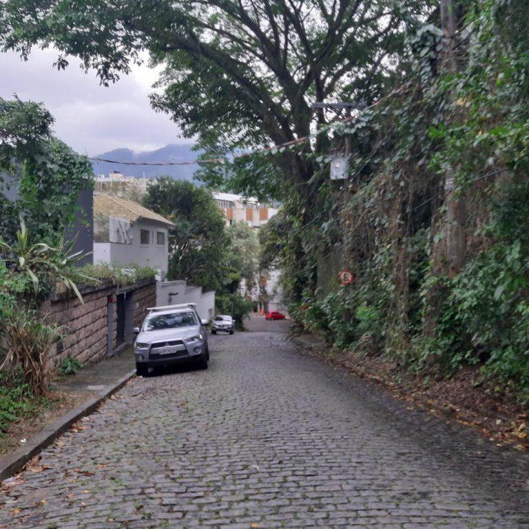 Excelente terreno com RGI, localizado no bairro Lagoa, possui 12 metros de frente por 40 metros de profundidade. É uma excelente oportunidade para você que está querendo construir imóvel no melhor bairro da Cidade do Rio de Janeiro/RJ.