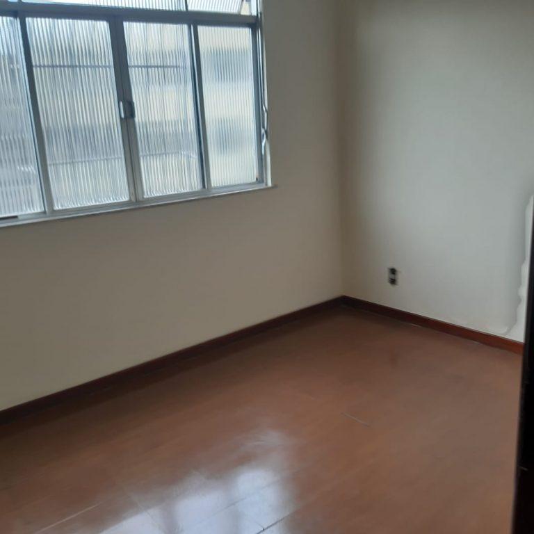 Apartamento com 130 Metros quadrados, 03 quartos, Sala bastante ampla, Cozinha, Banheiro com Box Blindex